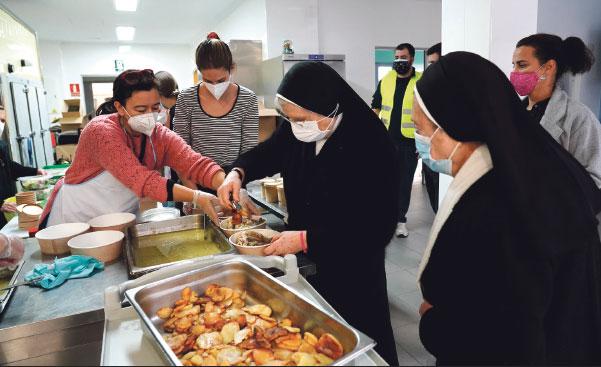 Coraje frente a la pandemia: los pobres en Navidad no se quedaron sin comer El colegio de las religiosas San José de la Montaña repartió raciones a 270 personas