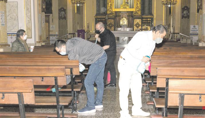 El esfuerzo que también hace posible la  desescalada: templos limpios y desinfectados Feligreses voluntarios en todas las parroquias ayudan a participar presencialmente en las misas sin riesgo
