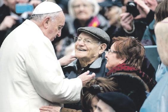 """El Papa instituye la Jornada Mundial de los Abuelos y Ancianos y la fija en julio Para """"custodiar las raíces y transmitirlas"""" entre generaciones"""