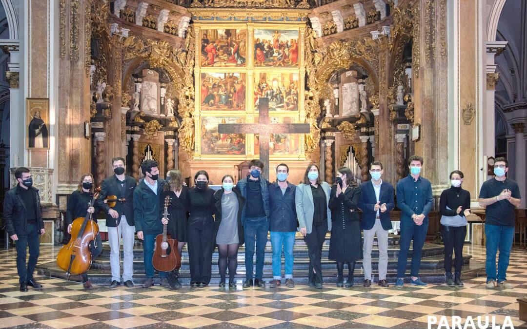 """Un vía crucis musical, cercano y joven, para transmitir la Pasión del Señor  A cargo de Hakuna, que cuelga el cartel de """"no hay entradas"""" en su concierto en la catedral de Valencia"""