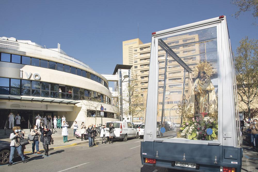 La Mare de Déu recorre Valencia al encuentro de los más necesitados En una iniciativa histórica, su imagen peregrina se desplazó a bordo del 'maremóvil' por barrios y hospitales