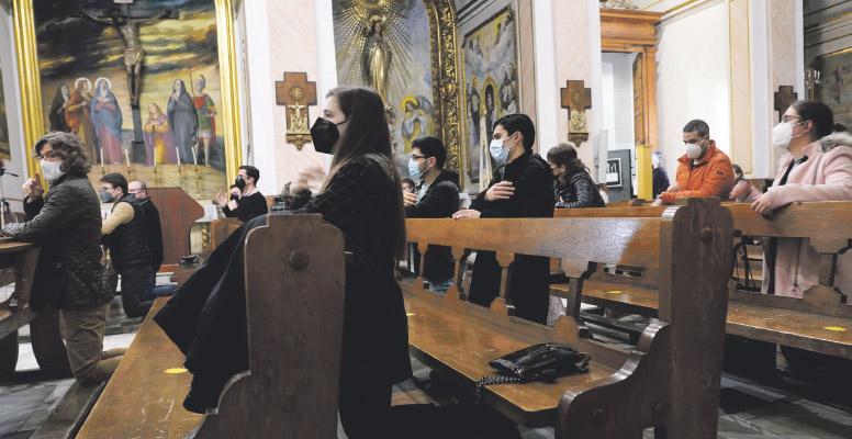 """Sin miedo a decir """"sí"""" al Señor Federico y Leandro, seminaristas, ofrecen en la vigilia de oración joven, su testimonio de fe y cómo fue la llamada a la vocación sacerdotal"""