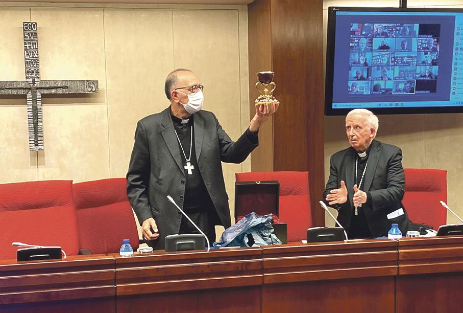 Una réplica del Santo Cáliz en la CEE Regalada por el cardenal Antonio Cañizares