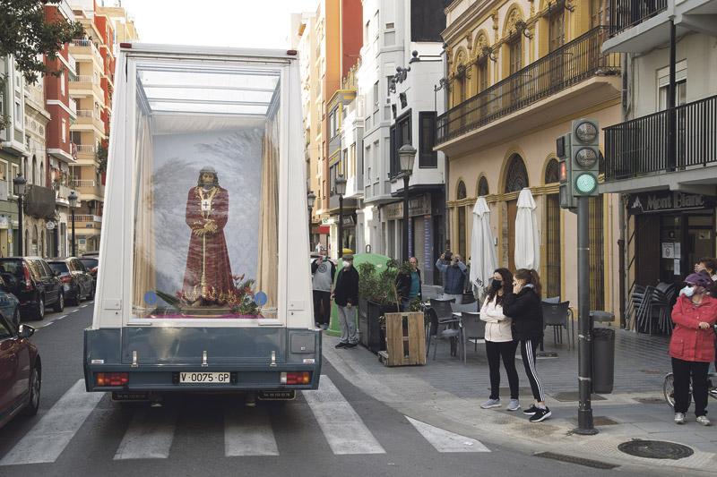 Cristo de Medinaceli: Al encuentro de los que sufren  La imagen del 'Cristo cautivo' se acercó en el  'maremóvil' a residencias, cementerios, hospitales y a la cárcel, acompañado por el Arzobispo