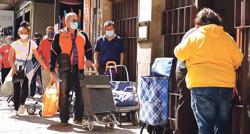 Las colas del hambre en Valencia La crisis sanitaria ha agudizado la pobreza y la escasez