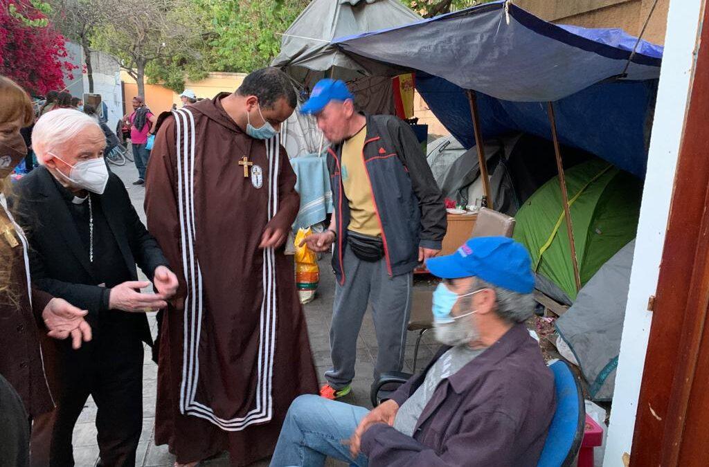 """«Se quedaron todos alucinados»  Visita sorpresa del Arzobispo con los jóvenes de Pastoral Universitaria al campamento de personas sin hogar en el viejo cauce del río en Valencia. """"No se lo creían y muchos se arrodillaron pidiéndole que les bendijera"""""""