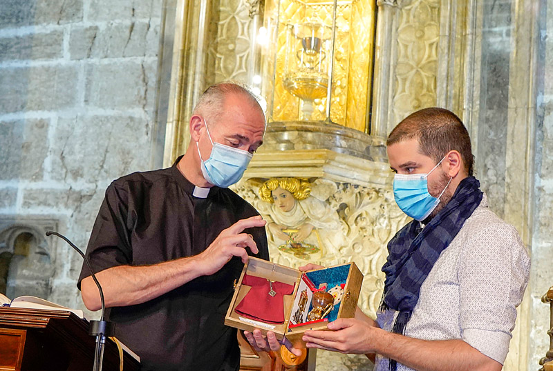 Un peregrino de París llega para lograr la indulgencia para su abuelo Mathieu Aguilar trajo una réplica del Santo Cáliz que fue bendecida por el canónigo celador