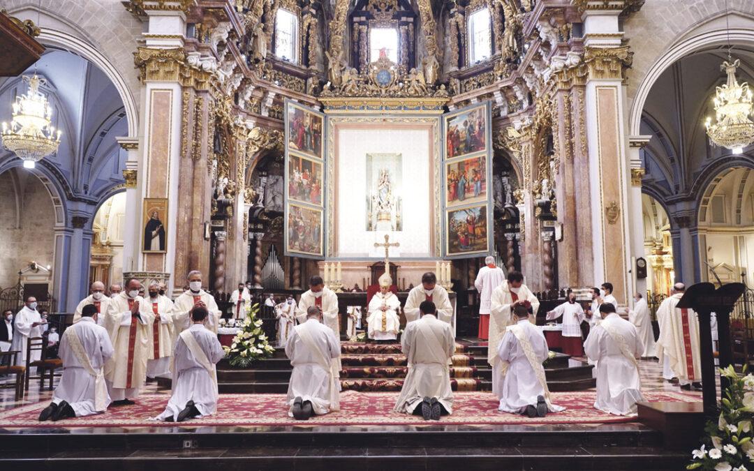 """Un """"don inmenso"""" para toda la diócesis, una alegría desbordante para todos nosotros El Cardenal  confiere la ordenación sacerdotal a once diáconos y les recuerda que  """"nada urge tanto ahora  como la proximidad y cercanía al hermano que sufre"""""""