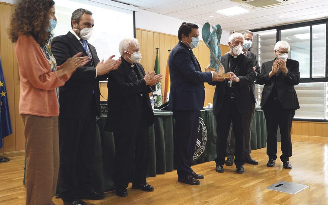 """El cardenal Versaldi destaca el """"testimonio de rigurosidad científica y sentido ético"""" de la UCV por la discapacidad y la inclusión La Fundación Gravissimus Educationis ha otorgado el premio de esta entidad al Campus Capacitas de la Universidad Católica de Valencia"""
