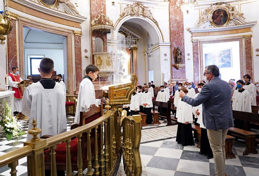 La Escolanía vuelve a los pies de la Virgen Tras año y medio de pandemia, los escolanes cantan ya en la Basílica en su lugar habitual bajo la imagen de la patrona y empiezan el curso con muchos proyectos