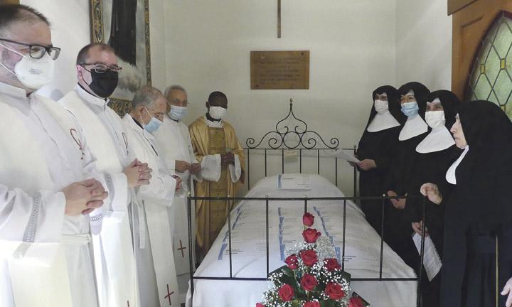 Arrodilladas en Llíria ante la cama en que murió su fundadora en 1897 Las Hermanitas rezan en la pandemia a Sta. Teresa Jornet