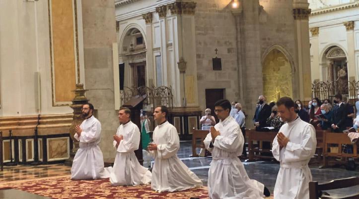 """""""Anunciar a Dios hace correr riesgos hoy, pero sed valientes, el Señor os guía"""" El Arzobispo, al ordenar diáconos a cinco jóvenes seminaristas en la Catedral"""