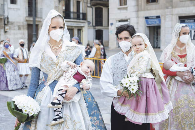 La fe del pueblo valenciano, en las Fallas más emotivas Tras un año sin celebrarse por la pandemia, las fiestas josefinas llevaron de nuevo a la calle, pese al dolor  y ante medidas sanitarias excepcionales, la devoción y el cariño de los falleros a la Virgen y san José
