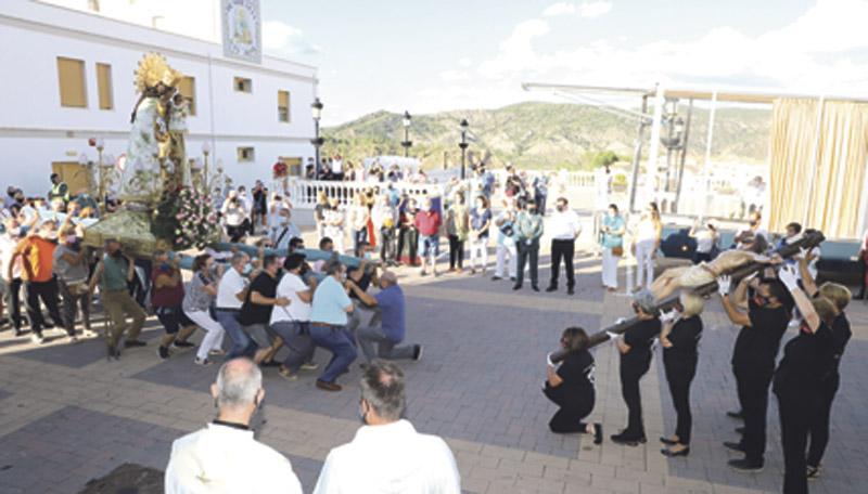 """La visita de la Virgen a Cofrentes """"ha reavivado la fe en muchos"""" El pueblo recibe a la 'Peregrina' """"con las manos abiertas"""" y con el Cristo de la Salud"""
