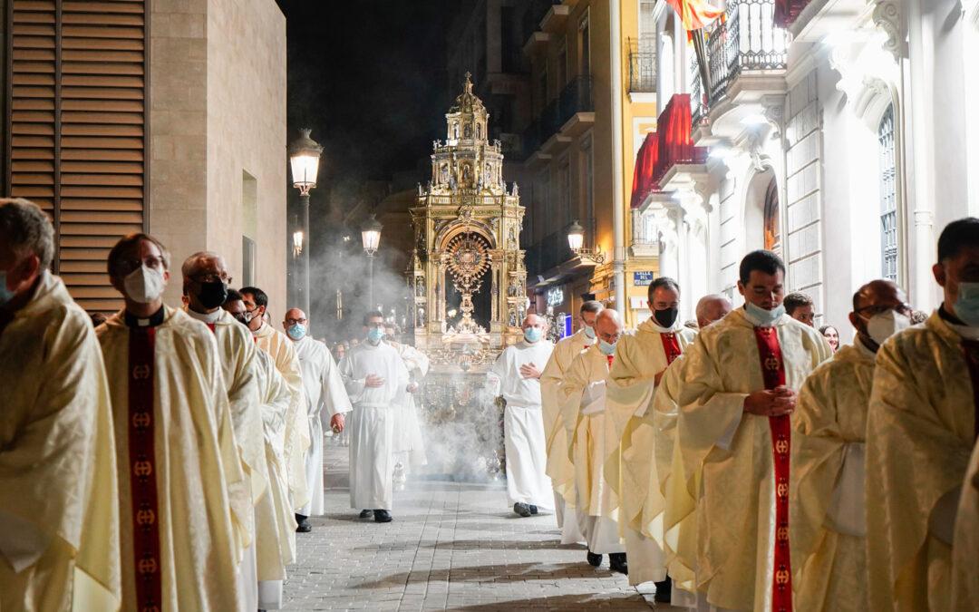 Noche santa en Valencia La Vigilia Nacional de la Adoración Nocturna culminó con una procesión eucarística con la Custodia de la Catedral por las calles de Ciutat Vella