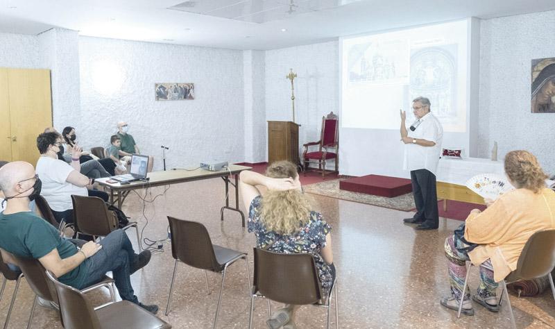 Los católicos sordos ya tienen parroquia personal en Valencia: Sta. María del Silencio En la iglesia de Sto Tomás Apóstol, el P. Santamaría oficia para ellos más de 30 años
